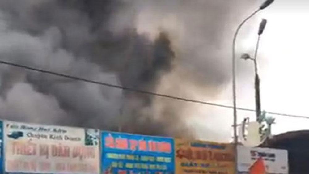Cháy chợ trung tâm thị trấn Sóc Sơn, khói bốc cao hàng chục mét